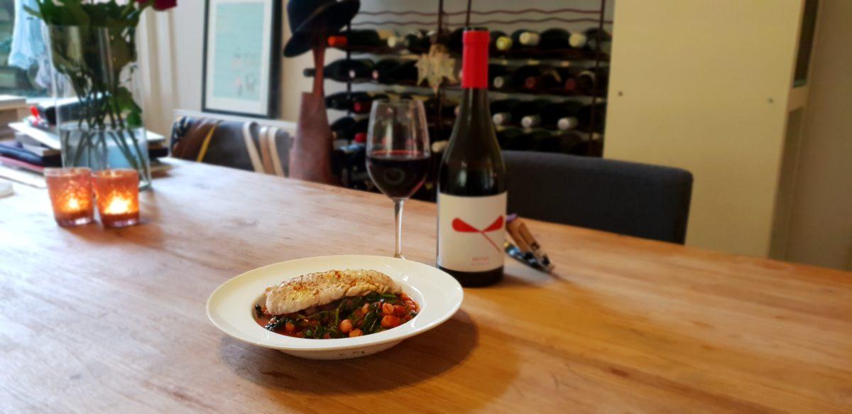 Spaanse stoofpot met rode zeebaars en amforagerijpt rood